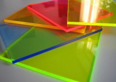 Farbauswahl fluoreszierendes Acryl. UV- und blaues Licht lassen das fluoreszierende Acrylglas an Kanten und Fräsungen farbig leuchten. Das Material leuchtet ohne elektrische Energie