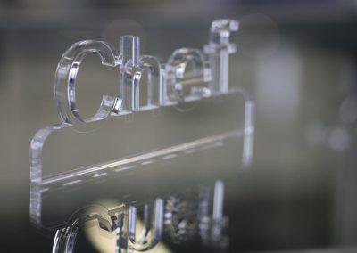 Laserschneiden Werbermaterial aus Acryl. Wir verarbeiten Acrylglas XT oder Acrylglas GS in verschiedenen Materialstärken. Beim Laserschneiden von Acryl entsteht in einem Arbeitsgang eine polierte Schnittkante – ohne Nachbearbeitung