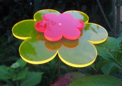 Laserschneiden-Lichtfänger, Sonnenfänger. Mit diesen Lichtfängern setzen Sie überall zauberhafte und leuchtende Akzente. Fluoreszierendes Acrylglas erweckt außergewöhnliche Aufmerksamkeit beim Betrachter. UV-Stahlen des Sonnenlichts lassen die Kanten des Lichtfängers am Tag, aber vor allem in der Dämmerung oder an trüben Tagen beeindruckend leuchten. Dieses UV-beständige Acrylglas ist nicht nachtleuchtend. Viele verschiedene Motive möglich