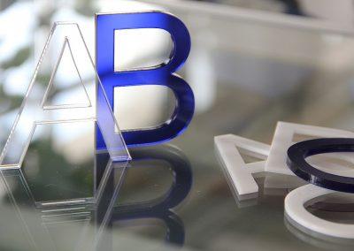 Laserschneiden Acrylbuchstaben. Individuelle Zuschnitte aus farbigenden, fluoreszierenden oder farblosen Acrylglas (PMMA) in den Materialstärken 2-20mm fertigen wir präzise und mit polierter Schnittkante in einem Arbeitsgang. Produktbeispiele: Lichtfänger, Namensschilder, Türschilder, Buchstaben, Logos, Schlüsselanhänger, Filzuntersetzer, etc.