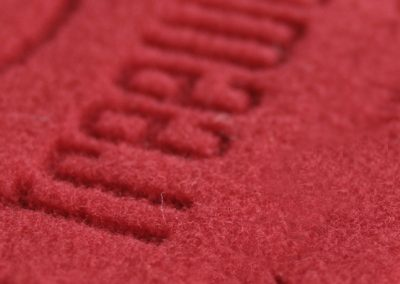 Laserschneiden und Lasergravieren von Polyesterfilz. Beim Laserschneiden von Polyesterfilz wird die Schnittkante versiegelt und das Material kann nicht mehr ausfransen